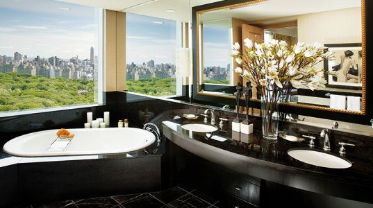 5 Stunning Hotel Bathrooms With A View