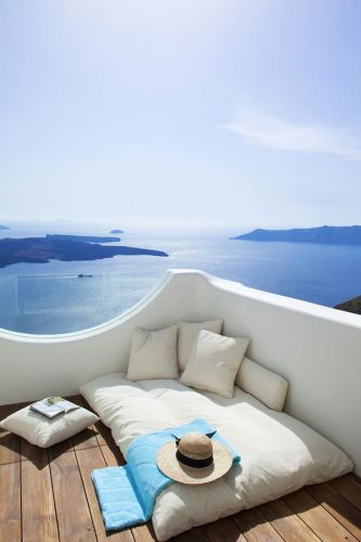 RENT A LUXURY SUMMER HOME ON SANTORINI, GREECE