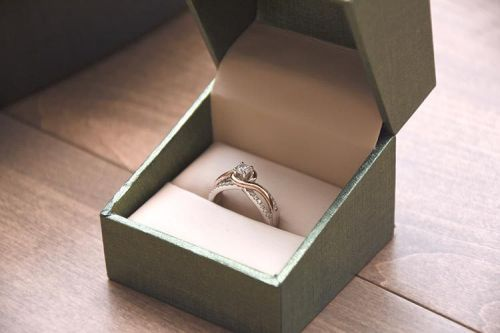 Cheap Engagement Rings- The Tie between Carat and Quality