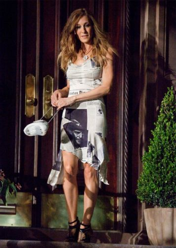Rosie Huntington-Whiteley is Giving Carrie Bradshaw Vibes in This Outfit