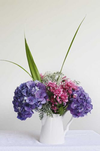 How to arrange a simple yet beautiful bouquet using flowers from the garden