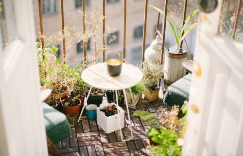 7 decorating ideas to set up the perfect apartment balcony