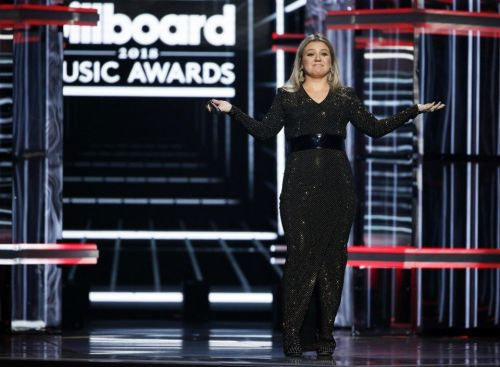 Kelly Clarkson breaks down at Billboard Music Awards talking about Santa Fe shooting