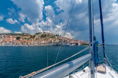 How to Make a Boat Hire Part of Your Backpacking Journey